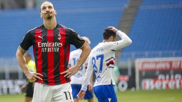 Zklamaný fotbalista AC Milán Zlatan Ibrahimovic v utkání italské ligy proti sampdorii Janov.