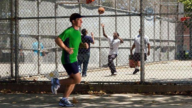 Samotný běh se odehrává na nudném chodníku kolem školy.