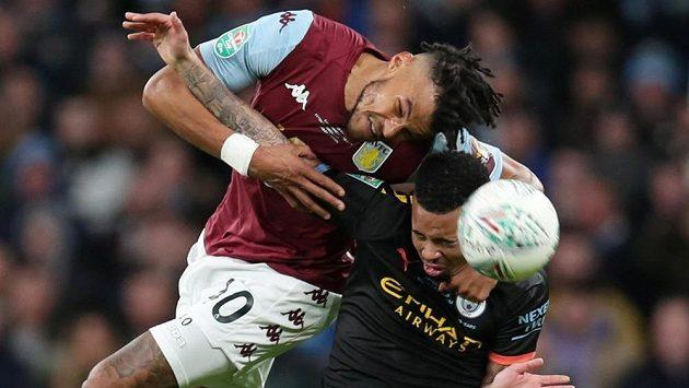 Nesmlouvavý souboj mezi Tyronem Mingsem (vlevo) z Aston Villy a Gabrielem Jesusem z Manchesteru City.