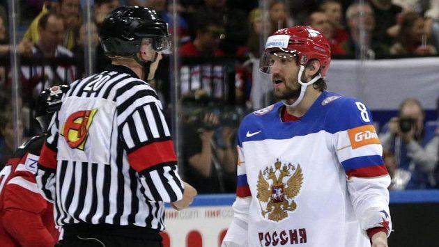 Český rozhodčí Vladimír Šindler v debatě s ruským útočníkem Alexandrem Ovečkinem během finálového duelu mistrovství světa.