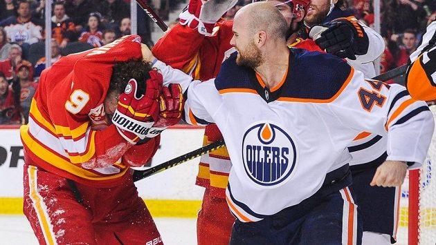 Útočník Edmontonu Zack Kassian (vpravo) v bitce s forvardem Calgary Matthewem Tkachukem.