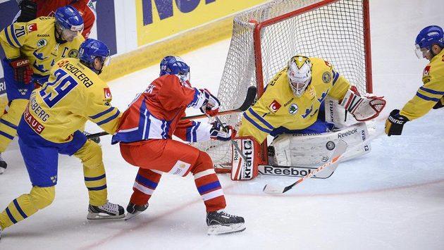 Tomáš Rolinek (uprostřed) zkouší vyzrát na švédského gólmana Henrika Karlssona.