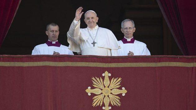 Papež František zdraví ve Vatikánu poutníky. I on je velkým spotovním fanouškem.