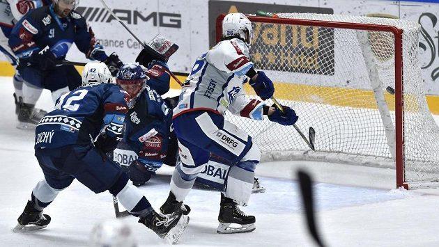 Martin Zaťovič (vpravo) z Brna překonává Dominika Frodla v brance Plzně. Přihlížejí plzeňští hráči Lukáš Pulpán (vlevo) a Filip Suchý.