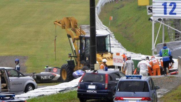 Záchranáři vyprošťují Julese Bianchiho z vozu poté, co s neovladatelným monopostem naboural do odklízecího jeřábu.