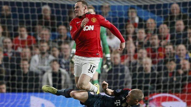 Bastian Schweinsteiger (dole) z Bayernu fauluje Waynea Rooneyho z Manchesteru United ve čtvrtfinále Ligy mistrů.