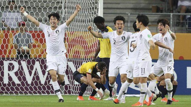 Radost korejských fotbalistů. Na MS hráčů do 20 let v Polsku si zahrají o titul.