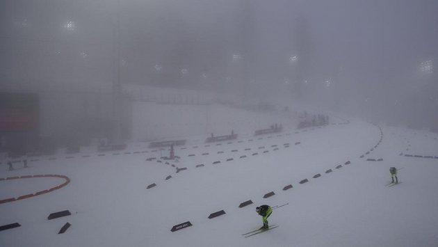 Závod biatlonistů na 15 km s hromadným startem zhatila v neděli hustá mlha.