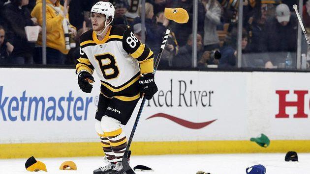 Český hokejový útočník David Pastrňák měl v NHL pořádně nabito. Na led létaly čepice.