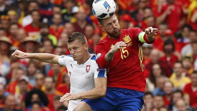 Český útočník Tomáš Necid (vlevo) v hlavičkovém souboji se Sergiem Ramosem ze Španělska.