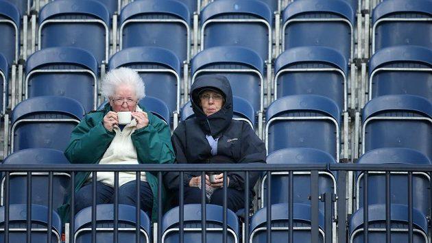 Diváci si na závěr British Open v St. Andrews počkají do pondělí.