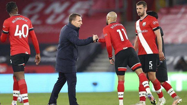 Trenér Leicesteru Brendan Rodgers se zdraví s fotbalisty Southamptonu.