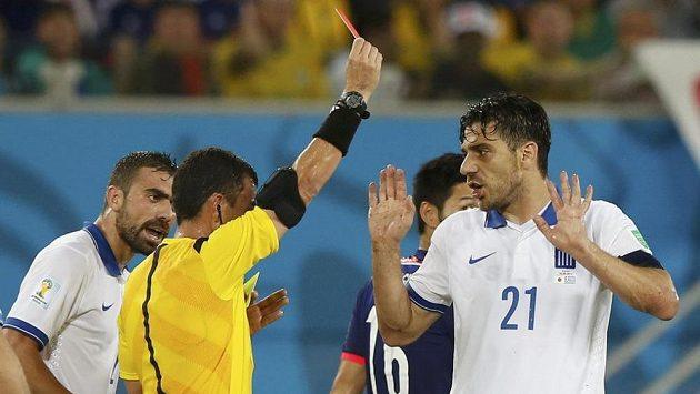 Kapitán řeckého celku Kostas Katsuranis (vpravo) musel už v první půli předčasně pod sprchy.