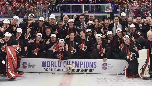 Kanadští mladíci, noví mistři světa hokejových dvacítek s pohárem pro vítěze.