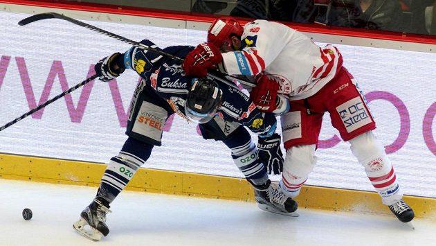 Vítkovický útočník Petr Strapáč (vlevo) v souboji s třineckým obráncem Tomášem Linhartem.