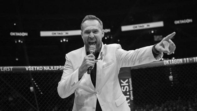 Jedemeeee boooombyyy. Ondřej Novotný jako průvodce galavečera Oktagon MMA.