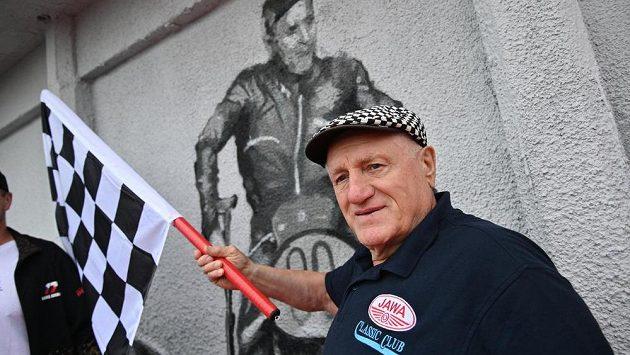 Někdejší motocyklový závodník Peter Baláž se zúčastnil křtu graffiti připomínajícího závodní historii Brna, které pokrylo zeď ve starém depu Masarykova okruhu.