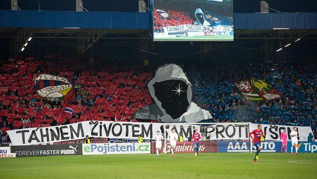 Choreo fanoušků Viktorie Plzeň během zápasu se Spartou.
