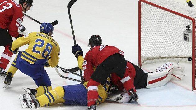 Johan Sundström střílí vyrovnávací gól na 1:1.