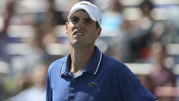 Americký tenista John Isner prohrál v prvním kole turnaje v Montrealu s Kanaďanem Vaskem Pospisilem.