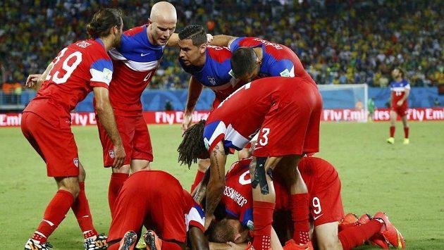 Fotbalisté USA slaví gól v síti Ghany na mistrovství světa v Brazílii.
