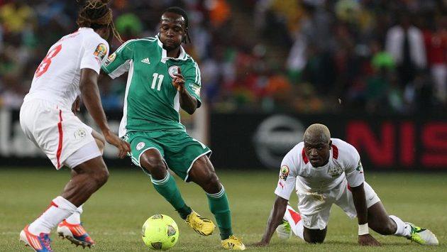 Nigerijský Victor Moses (uprostřed) v souboji s obranou Burkiny Faso.