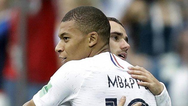 Francouz Antoine Griezmann (vzadu) se raduje z gólu proti Uruguayi s Kylianem Mbappém.