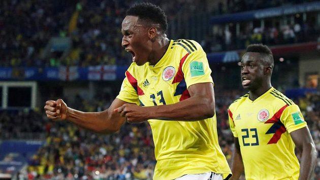Kolumbijský obránce Yerry Mina se raduje poté, co na MS vstřelil gól Anglii.