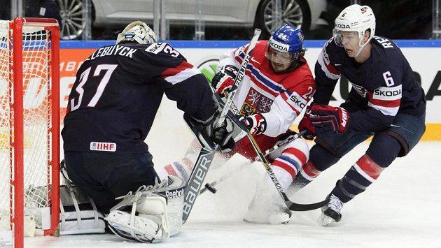 Zleva americký brankář Connor Hellebuyck, český reprezentant Martin Zaťovič, Mike Reilly z USA.