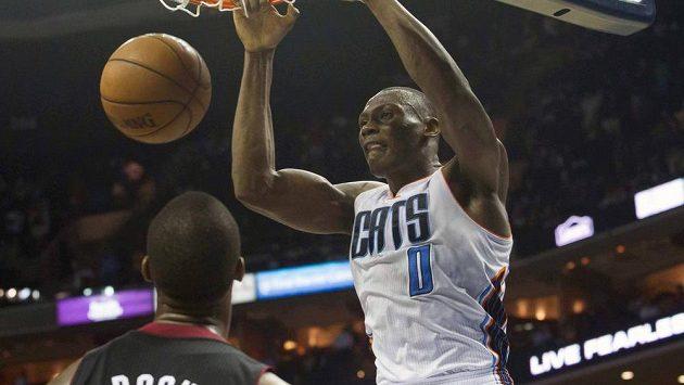 Basketbalista Charlotte Bobcats Bismack Biyombo smečuje míč do koše v utkání proti Miami Heat.