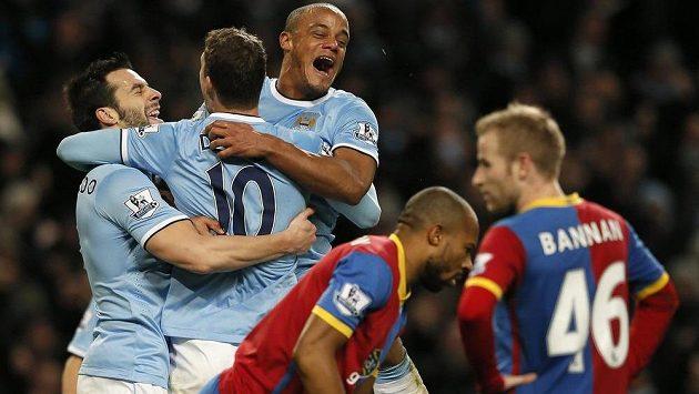 Jediný střelec Manchesteru City Edin Džeko (zády) a jeho spoluhráči Álvaro Negredo (vlevo) a Vincent Kompany (uprostřed) se radují z výhry nad Crystal Palace.