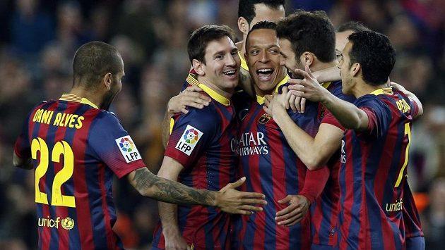 Radost fotbalistů Barcelony v zápase španělské ligy proti Rayo Vallecano.