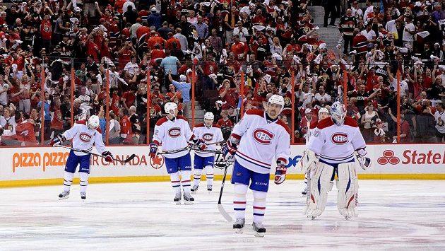 Zklamaní hokejisté Montrealu po prohře v Ottawě.