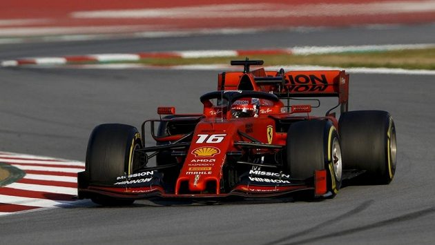 Charles Leclerc s monopostem Ferrari během testování.