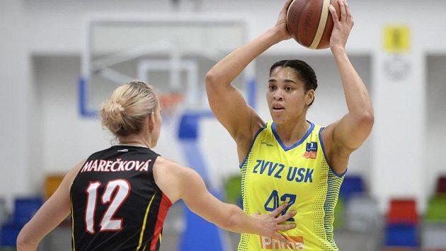 Zleva Tereza Marečková z Hradce a Brionna Alaine Jonesová z USK Praha.
