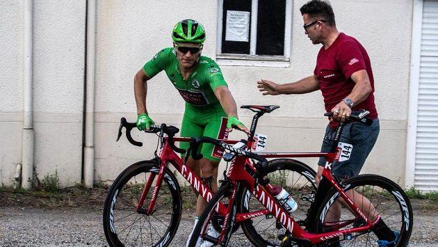 Jury cyklistického závodu Tour de France upravila výsledky nedělní druhé etapy, jejíž spurt ovlivnil pád v poslední zatáčce dva kilometry před cílem. Nejvíce na změnu pořadí doplatil německý rychlík Marcel Kittel a ze čtvrté příčky průběžného pořadí se propadl až na 138. místo.