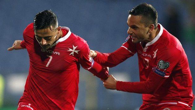 Clayton Failla (vlevo) oslavuje proměněnou penaltu proti Bulharsku. Prvním gratulantem je Andre Schembri.