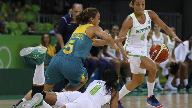 Australská basketbalistka Leilani Mitchellová se snaží projít přes dvojici bránících domácích hráček.