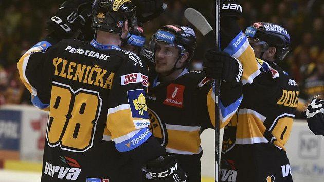 Hráči Litvínova se radují v Jihlavě z prvního gólu.