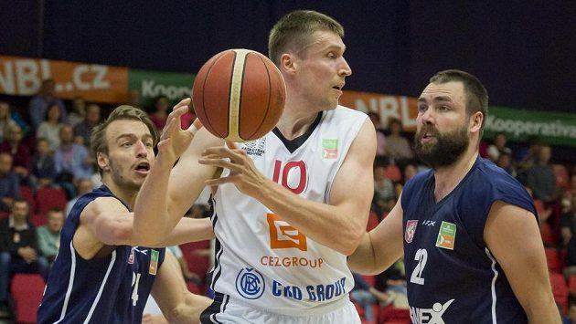 Finále play off basketbalové ligy mužů v Nymburku. Zleva Šimon Ježek z Děčína, Pavel Houška z Nymburka a Jiří Jelínek z Děčína.