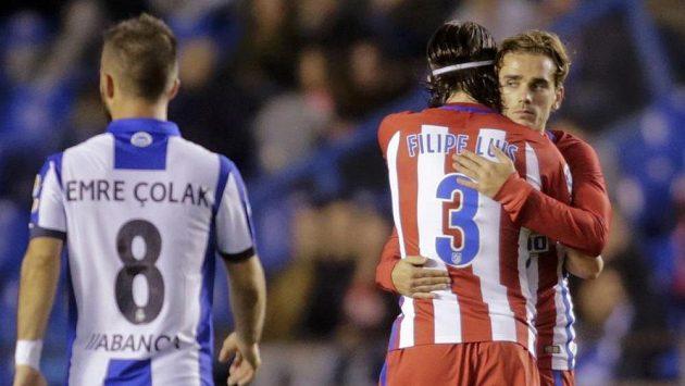 Antoine Griezmann (vpravo) z Atlétika přijímá gratulaci ke gólu proti Deportivu La Coruňa od spoluhráče Filipe Luise.