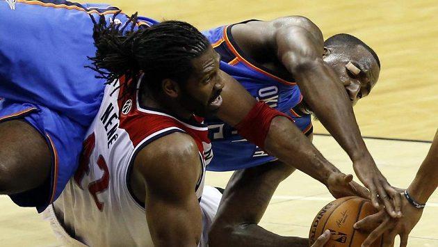 Brazilec Nene (vlevo) z Wizards se snaží udržet míč před dotírajícími hráči Oklahomy.