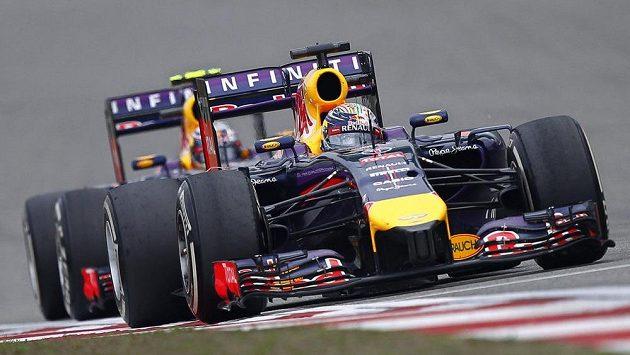 Oba monoposty Red Bullu v závěsu během VC Číny. Vpředu jede Sebastian Vettel.