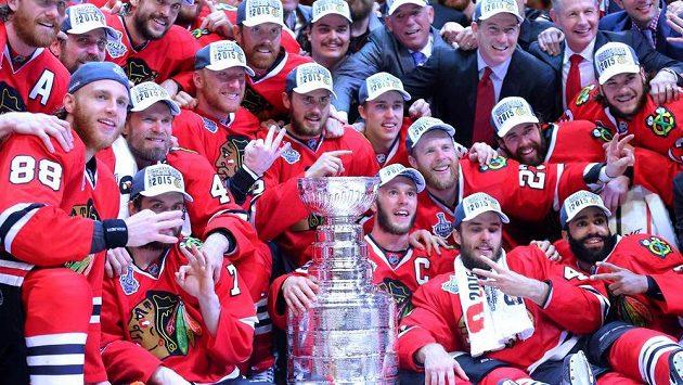 Hokejisté Chicaga se radují po zisku Stanley Cupu.