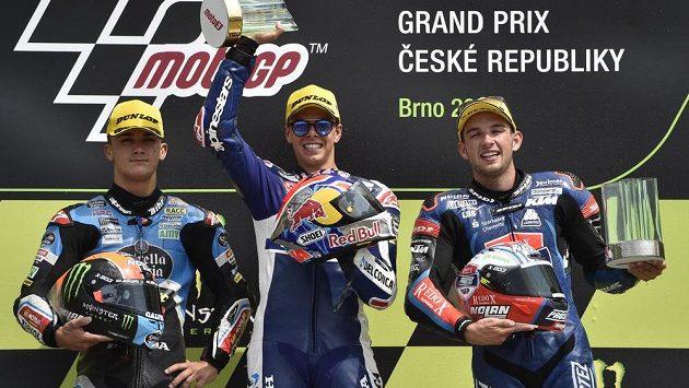 Jakub Kornfeil z ČR (vpravo) obsadil třetí místo v kategorii Moto3, zvítězil Ital Fabio Di Giannantonio (uprostřed), druhý byl Španěl Arón Canet (vlevo).