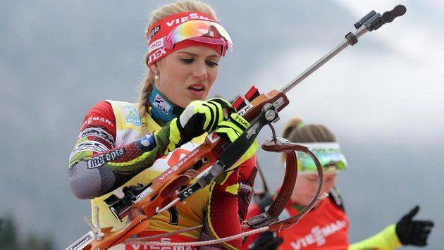 Gabriela Soukalová si připravuje zbraň před střeleckou položkou vleže při závodu SP.