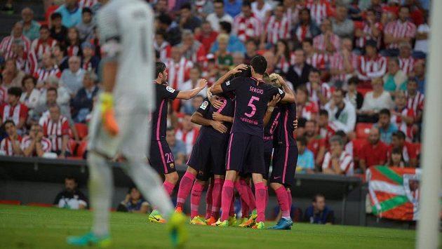 Fotbalisté Barcelony se radují po brance, kterou vstřelili na hřišti Bilbaa.