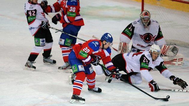 Petr Vrána ze Lva Praha (uprostřed) se snaží překonat brankáře Jekatěrinburgu.