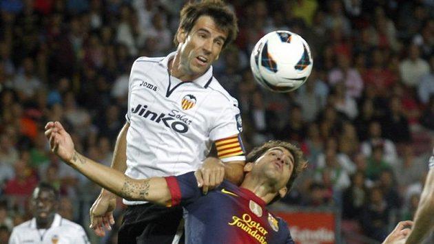 David Albelda, kapitán fotbalistů Valencie, ve vzdušném souboji s Ceskem Fábregasem z Barcelony