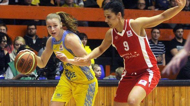 Kateřina Elhotová z USK (vlevo) a Nicole Powellová z Krakova v osmifinále Evropské ligy.